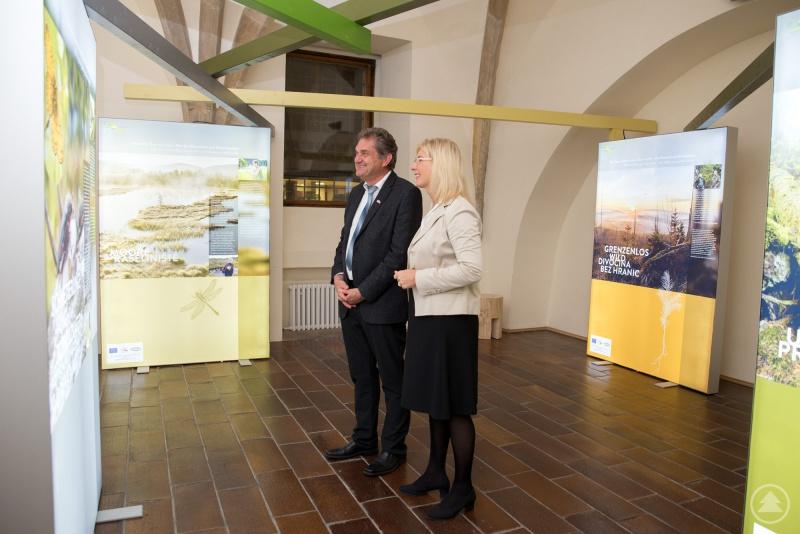 Nationalparkleiter Franz Leibl führte Umweltministerin Ulrike Scharf durch die Ausstellungsräume, die ab 23. Oktober für Besucher frei zugänglich sind.