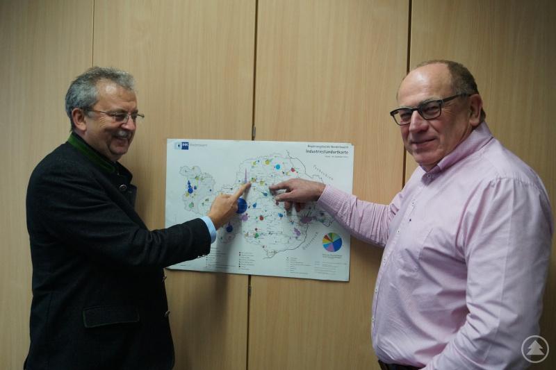 Landrat Josef Laumer (links) und Wirtschaftsreferent Erich Brunner haben angesichts der Arbeitsmarktzahlen beim Blick auf die Wirtschaftskarte gut lachen.