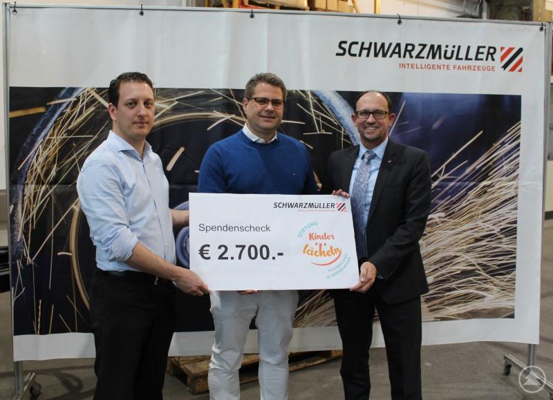 Werksleiter Philip Kluge (l.) und CEO Roland Hartwig (r.) übergeben Chefarzt Prof. Dr. Matthias Keller den Spendenscheck über 2.700 Euro.