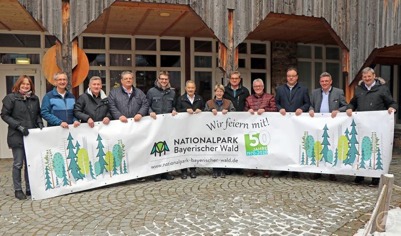 Dr. Franz Leibl (5.v.r.) überreichte zusammen mit dem Jubiläums-Organisationsteam Elke Ohland (v.l.) und Josef Wanninger die Banner und Plakate an die Bürgermeister der Nationalparkgemeinden.
