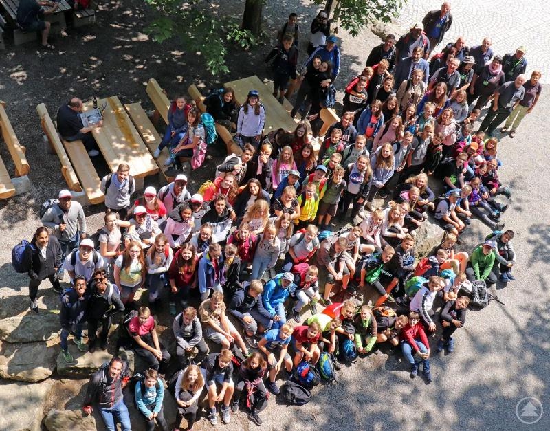 273 Schüler der Realschule Grafenau waren einen Vormittag lang rund um das Nationalparkzentrum Lusen unterwegs, um die Natur im Nationalpark kennenzulernen.