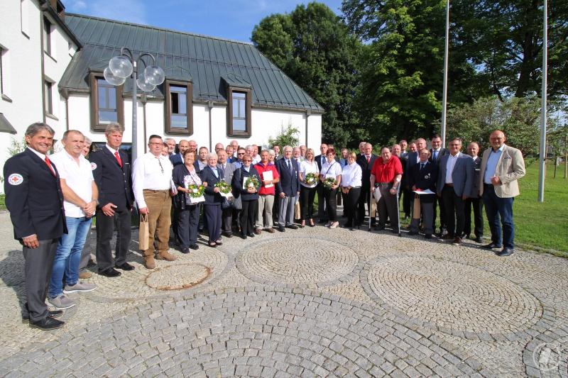Eine ganze Reihe Ehrenzeichen für langjährigen Dienst in den Reihen des Bayerischen Roten Kreuz durfte Landrat Sebastian Gruber (4. Von rechts) am Donnerstag übergeben. Dank und Anerkennung für die Ausgezeichneten gab es unter anderem auch von BRK-Kreisvorsitzendem Ludwig Lankl (links) und BRK-Kreisgeschäftsführer Josef Aigner (2. Von rechts).