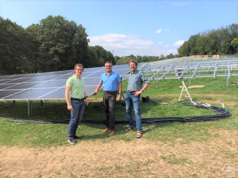 Thomas Mader, MdL Alexander Muthmann und Hans Madl-Deinhart (v.l.), die Vorstandsmitglieder der Bürgerenergiegenossenschaft Freyung-Grafenau, sind mit dem Baufortschritt zufrieden.