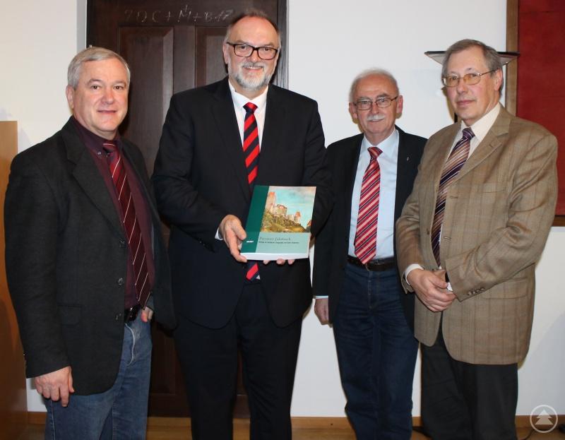 """Oberbürgermeister Jürgen Dupper (2. von links) nimmt erfreut die Jubiläumsausgabe des """"Passauer Jahrbuchs"""" von Prof. Dr. Franz-Reiner Erkens (von rechts), Dr. Helmut Böhm und Hans Meyer entgegen."""