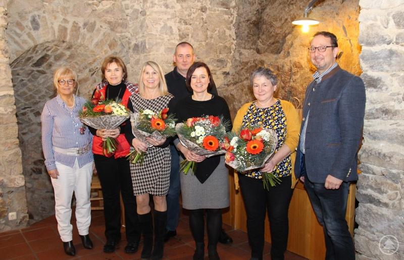 Eine ganze Reihe von Mitarbeiterinnen und Mitarbeiter konnte Landrätin Helga Weinberger (links) zusammen mit Personalratsvorsitzendem Alexander Bertelshofer (rechts) im Rahmen der Feierstunde ehren: (von links) Monika Toth, Roswitha Schiller, Karl-Georg Mayerhofer, Silvia Grochtmann und Christine Achatz.