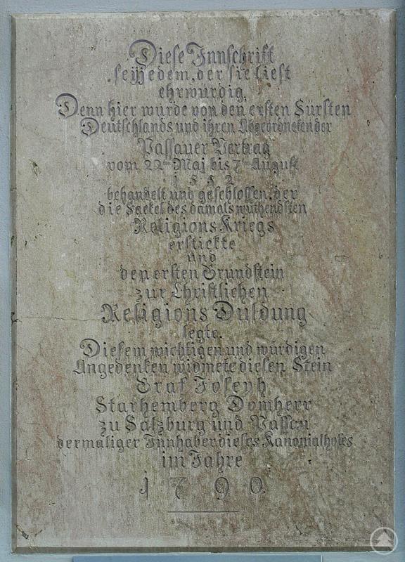 Gedenktafel am Lamberg-Palais am Domplatz in Passau