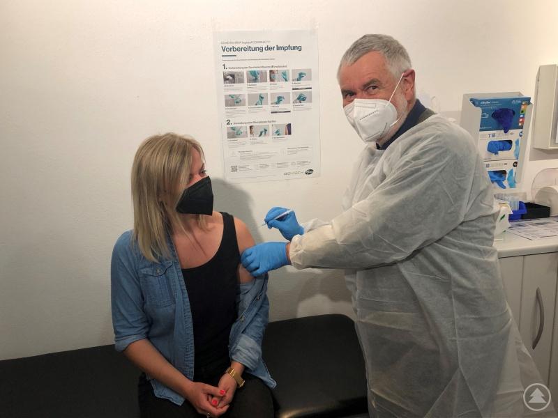 Dr. Hans Kumor verabreicht Impfzentrumsmitarbeiterin Stephanie Graf die 40.000ste Impfung im Landkreis Freyung-Grafenau