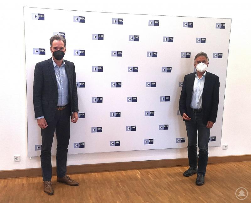 In der niederbayerischen Wirtschaft zeigt sich ein differenziertes Bild: MdL Walter Taubeneder (rechts) im Austausch mit IHK-Hauptgeschäftsführer Alexander Schreiner zur aktuellen Situation der niederbayerischen Wirtschaft.