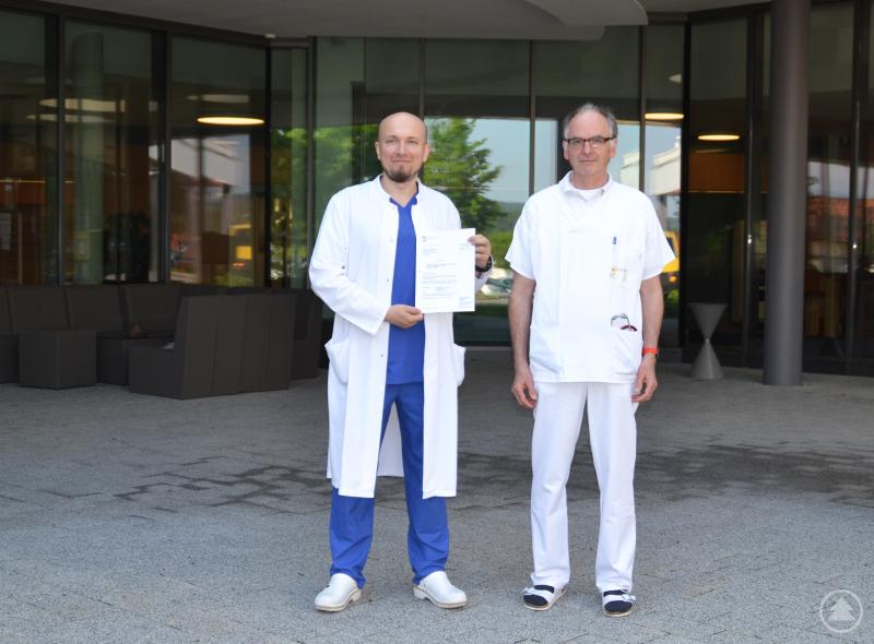 Dr. Robert Ravasz (l.) und CA Ulrich Sterr (r.) dürfen an den Kliniken Am Goldenen Steig im Bereich der Inneren Medizin junge Mediziner weiterbilden.