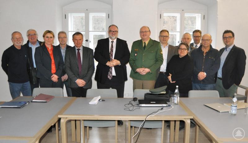 v. l.: Erich Kopp (Lehrer-/innenverband), Norbert Wimmer (Stadtverband für Sport), Claudia Huber (CMP e. V.), Georg Holzhammer (Ordnungsamt), Josef Zacher (Ordnungsreferent), Oberbürgermeister Jürgen Dupper, PD Stefan Schillinger, Klaus Fiedler (Haus- und Grundbesitzerverein), Sabine Schmied-Recha (Gleichstellungsbeauftragte), Hans-Jörg Heidorn (Seniorenbeirat), Dr. Dr. Ansgar Grochtmann (Ordnungsamtsleiter), Werner Geier (Stadtjugendring), Stadtrat Armin Dickl