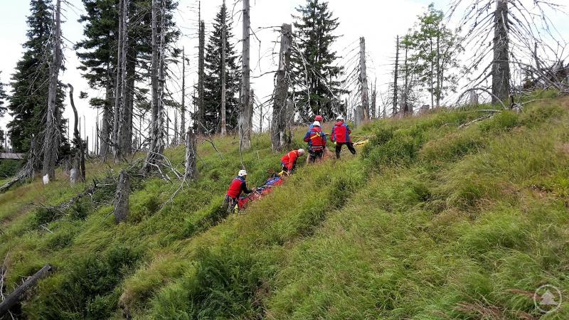 Bergretter und Verletzte werden mit Hilfe eines Flaschenzuges nach oben gezogen