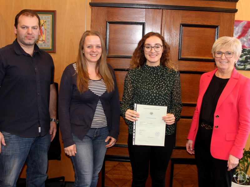Sie gratulierten Karyna Ayrapetova (3.v.li.) zur Einbürgerung (v.li.): Christian Raith, Michèle Nothaft (beide Ausländeramt am Landratsamt Regen) und Landrätin Rita Röhrl.