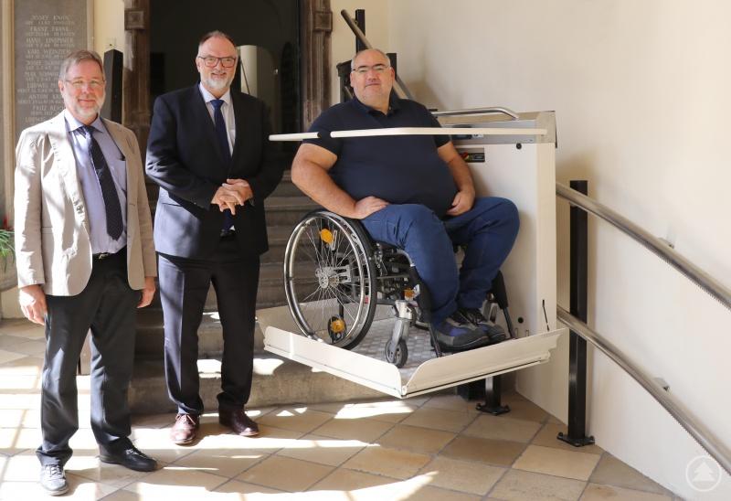 Oberbürgermeister Jürgen Dupper (Mitte), der kommunale Behindertenbeauftragte der Stadt Passau, Uwe Urtel (links), und Josef Lerner freuen sich über die gelungenen Maßnahmen zur Verbesserung der Barrierefreiheit im Alten Rathaus.