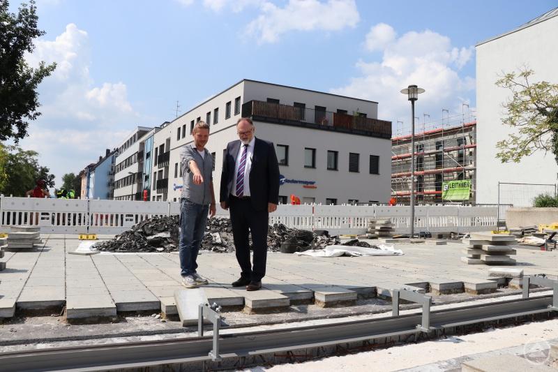 Oberbürgermeister Jürgen Dupper (rechts) und Alan McGee (Projektverantwortlicher Dienststelle Straßen- und Brückenbau) bei der Besichtigung der Baustelle.
