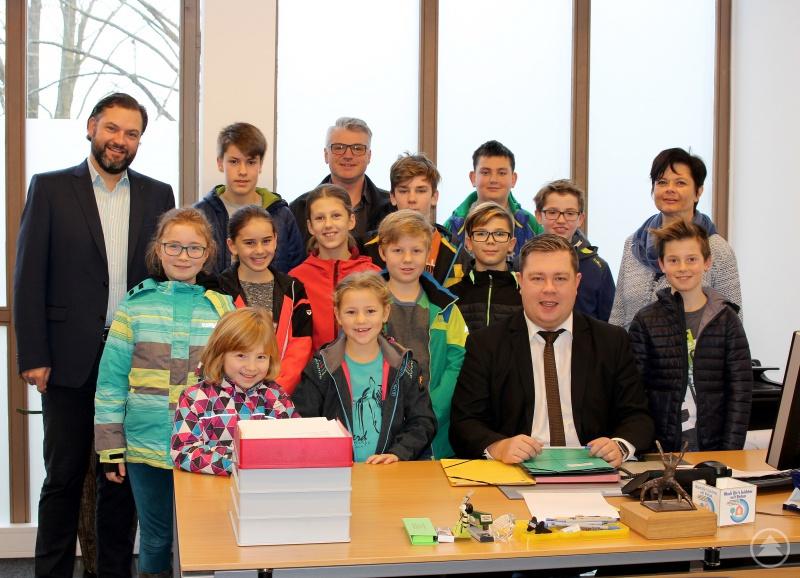 Die Kinder mit Landrat Adam (sitzend), der Gleichstellungsbeauftragten Bettina Pritzl, dem Personalratsvorsitzenden Marco Süß und dem Personalchef Andreas Koneberg (hintere Reihe links).
