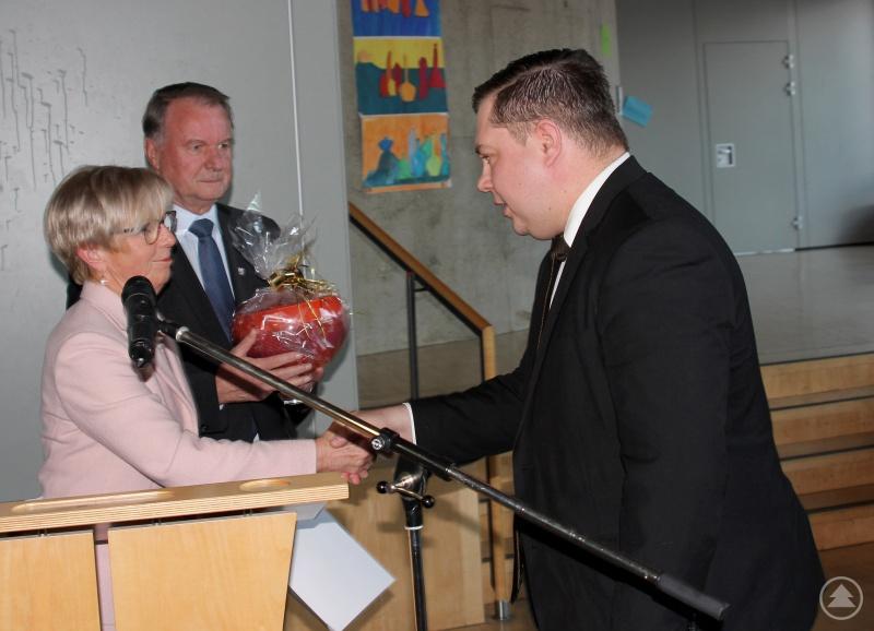 Der ehemalige Landrat Michael Adam (re.) wurde vom stellvertretenden Landrat Willi Killinger und der neuen Landrätin Rita Röhrl verabschiedet.