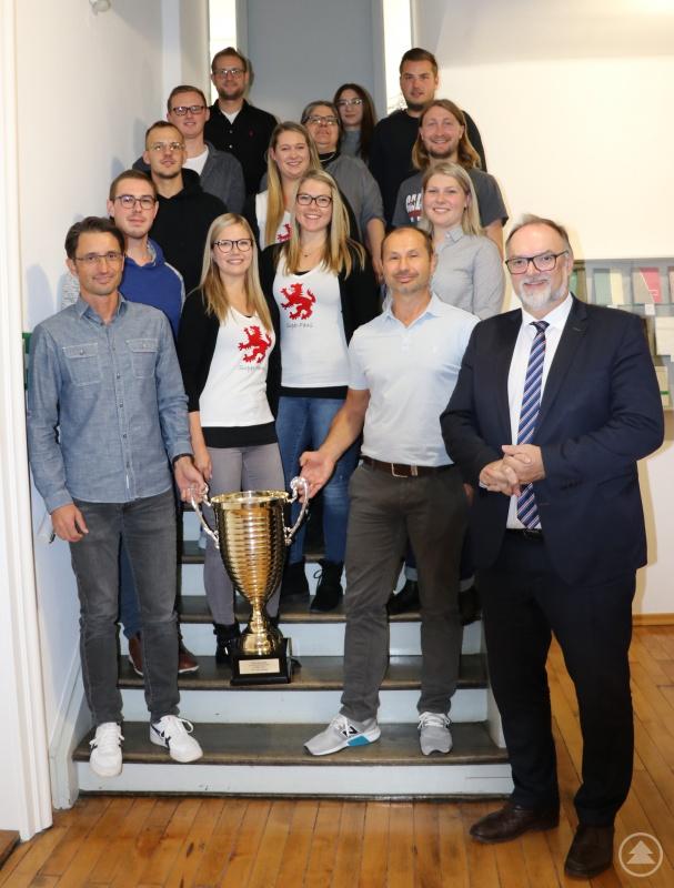 Oberbürgermeister Jürgen Dupper (1. vorne rechts) und Sabine Schmied-Recha, Personalratsvorsitzende (2. hinten Mitte), freuen sich gemeinsam mit der Siegermannschaft.