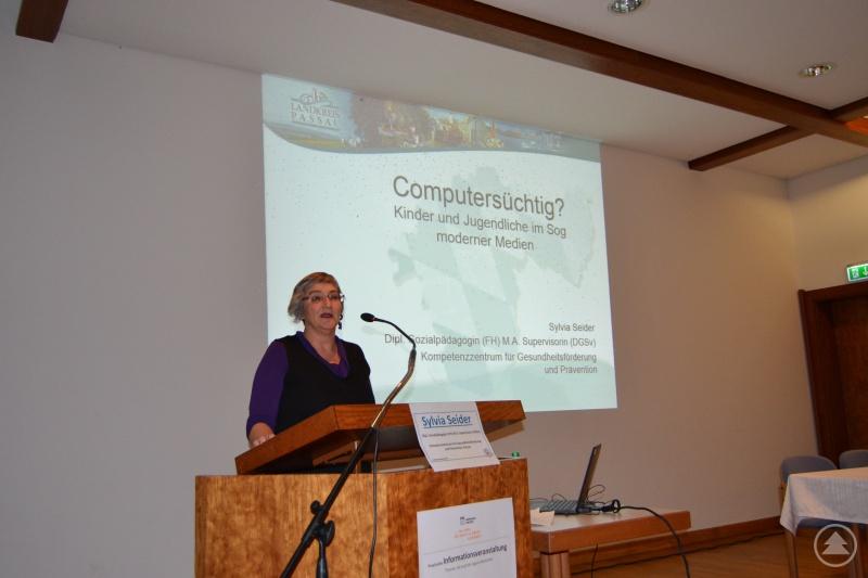 Referentin Sylvia Seider bei ihrem Vortrag im Kurhaus.