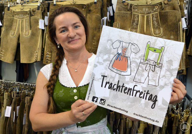 """Maria Freund hält das offizielle Logo der Aktion """"Trachtenfreitag"""". Sie unterstützt die Münchner Initiative """"Trachtenfreitag"""" und ruft alle Trachtenfans auf, sich an der Aktion zu beteiligen."""