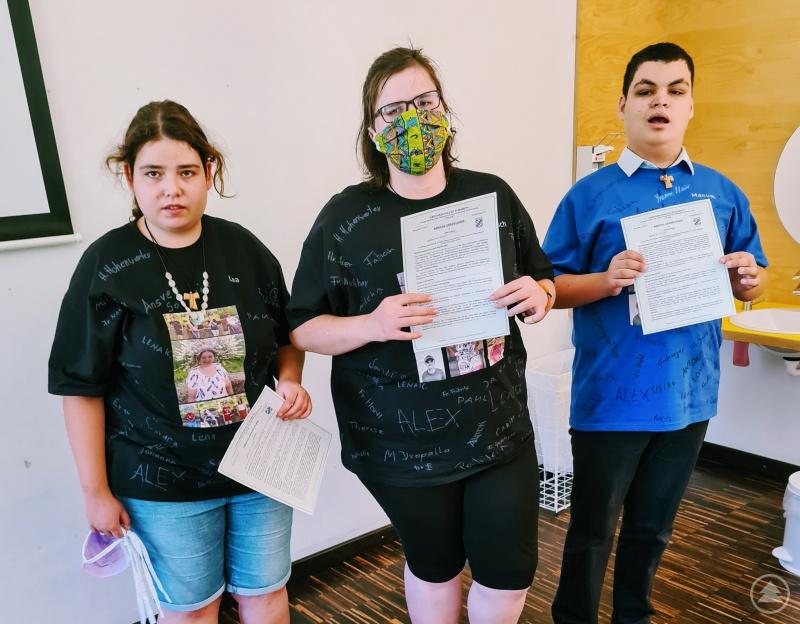 Drei stolze Absolventen 2020: Lea Rieger, Manuel Preißer, Jana Luksch. Michael Keil konnte leider aus gesundheitlichen Gründen an der Feier nicht teilnehmen.