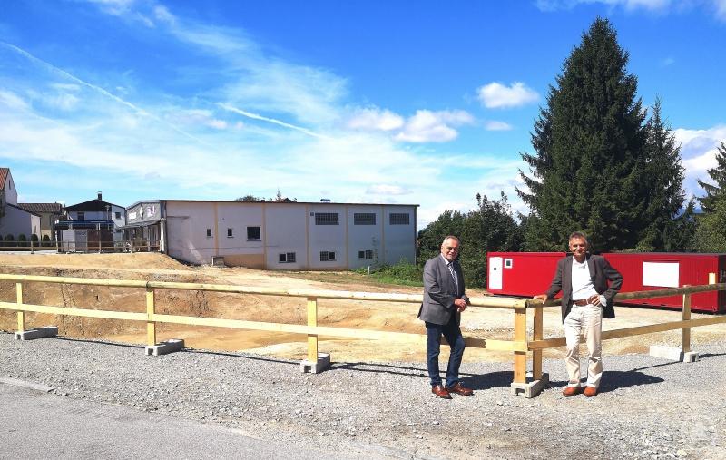 (v. l.) Bürgermeister Walter Bauer und MdL Walter Taubeneder vor dem Areal des künftigen Rathauses im Ortszentrum der Marktgemeinde Eging am See.
