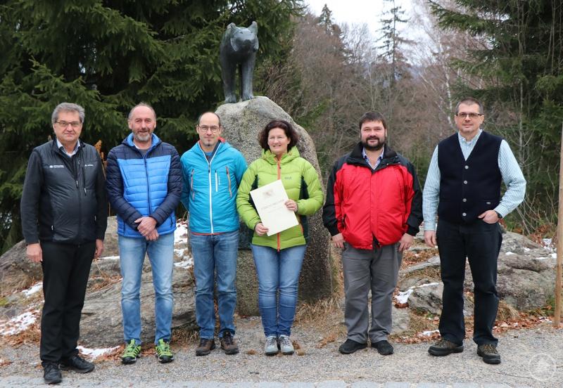 Gratulationen und Glückwünsche gab es für die Jubilare von Nationalpark-Leiter Dr. Franz Leibl (l.) und von Personalratsvorsitzendem Hans Höcker (v.r.): Christian Hamel, Karin Hartl, Max Weinberger und Heinrich Meininger.