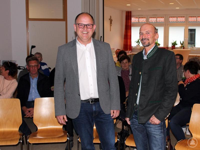 Nach der Begrüßung durch den Sozialamtsleiter Horst Kuffner (re.) referierte Franz Lobmeier über Vorsorgevollmacht und Patientenverfügung.