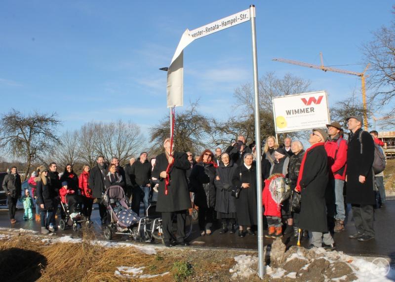 Oberbürgermeister Jürgen Dupper enthüllt das Straßenschild der Schwester-Renata-Hampel-Straße.