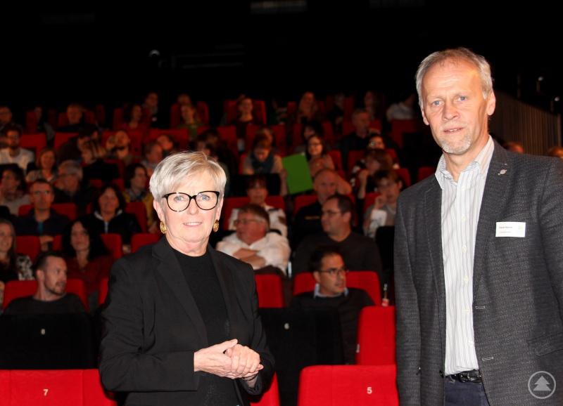 Landrätin Rita Röhrl und Jugendamtsleiter Martin Hackl freuten sich über den guten Besuch und begrüßten die Gäste im Kinocenter Regen.
