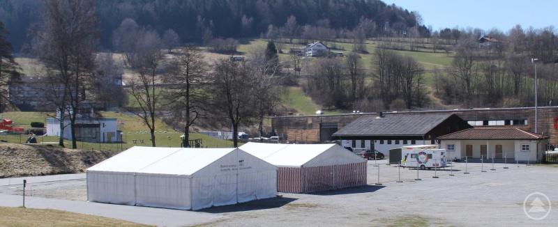 Auf dem Volksfestplatz in Freyung entsteht derzeit in Zusammenarbeit zwischen Landkreis, Bundeswehr, BRK, Feuerwehr und niedergelassenen Ärzten ein so genanntes Testzentrum für Patienten mit Verdacht auf eine Infektion mit dem neuartigen Coronavirus (Sars-Cov-2).