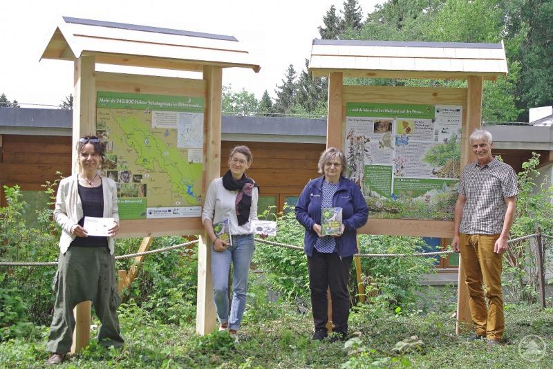 Das Projektteam um Iris Niederdöckl (von links), Elisabeth Frank, Rita Gaidies und Rupert Frantacek präsentiert stolz das Forschertagebuch und die Informationstafeln am Jugendwaldheim.