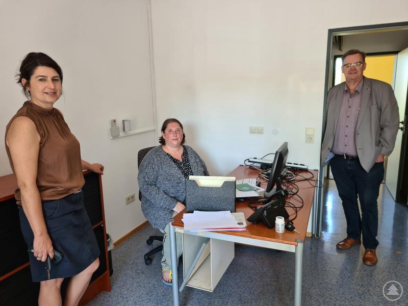 Hauptberuflicher Vorstand Alexandra Aulinger-Lorenz schaut mit ihrem Vorstandskollegen Josef Bauer (Geschäftsführender Vorstand) bei Verena Kurz von der Caritas Suchtberatung (Mitte) beim Umzug kurz vorbei.