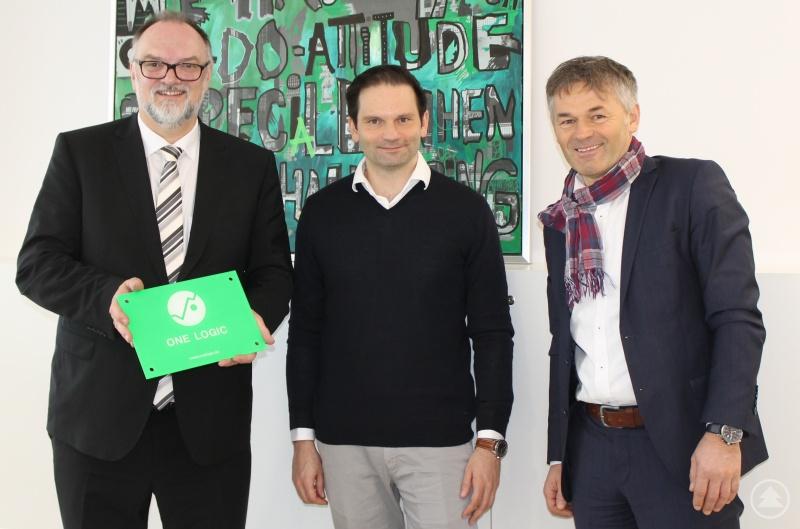 Freuen sich über den Besuch in der neuen Zentrale der ONE LOGIC GmbH in der Innstadt: Oberbürgermeister Jürgen Dupper (links) und Wirtschaftsreferent Werner Lang (rechts) mit Geschäftsführer Dr. Andreas Böhm.