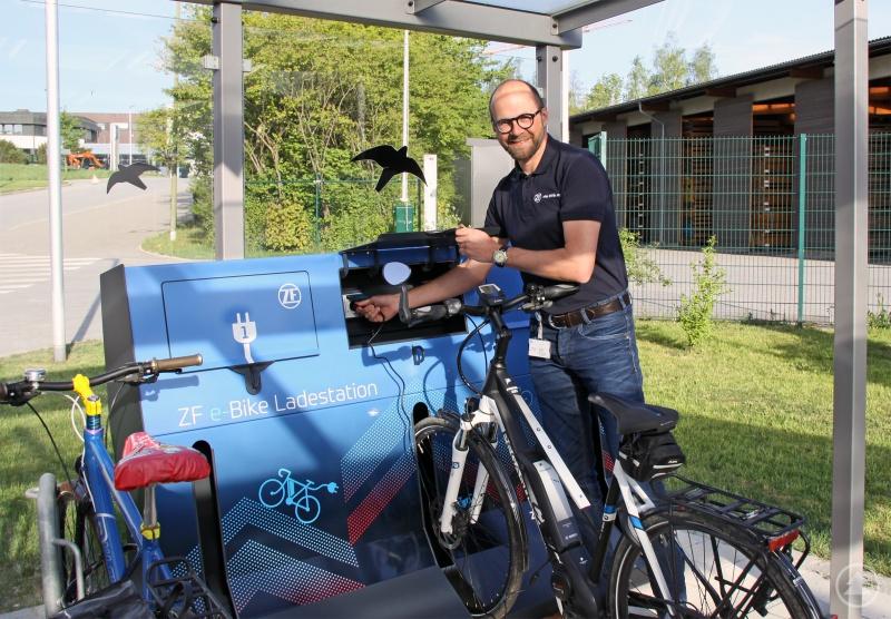 Helfen ZF bei der Verwirklichung der Vision Zero: Alexander Lenz, Leiter Werksanlagen, testet die neue Ladestation für Elektrofahrräder am Werk 2.