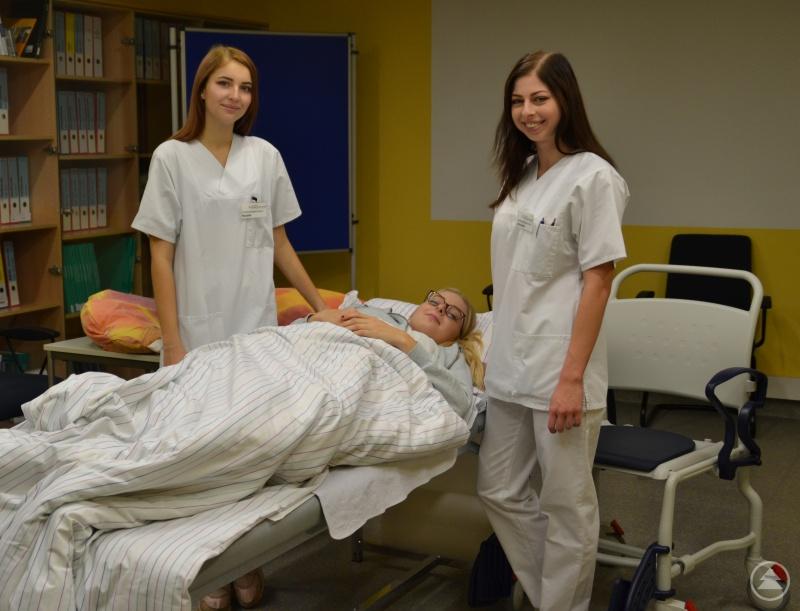 Schülerinnen der Krankenpflegeschüler zeigen Lagerungstechniken.