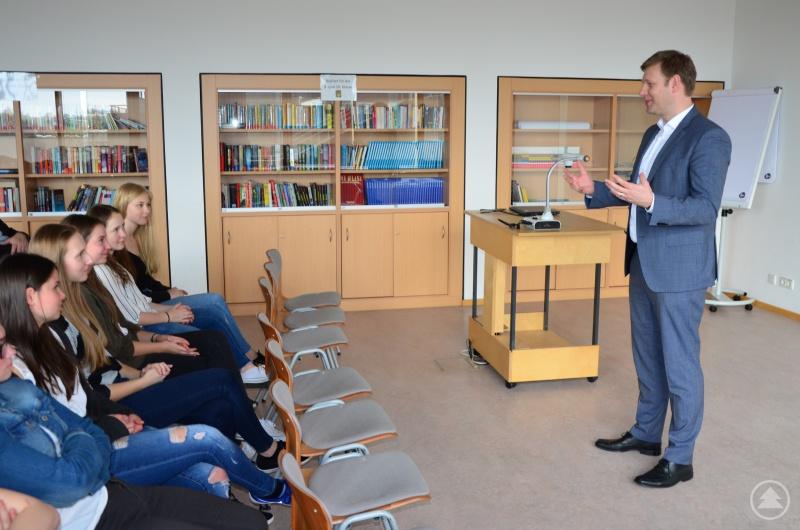 Der Bundestagsabgeordnete Thomas Erndl stellte sich den Fragen der Realschüler.