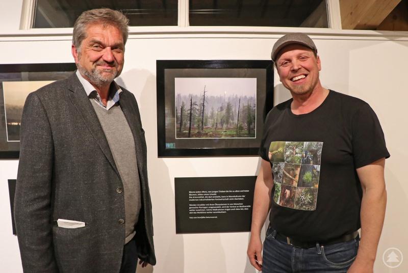 """Nationalparkchef Franz Leibl (links) mit Fotograf Sebastian Kirppu bei der Eröffnung der Ausstellung """"Von Wäldern und Menschen""""."""