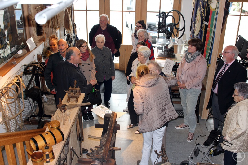 Der Vorsitzende des Handwerkervereins Viechtach führte die Besuchergruppe durch das Handwerksmuseum Viechtach.
