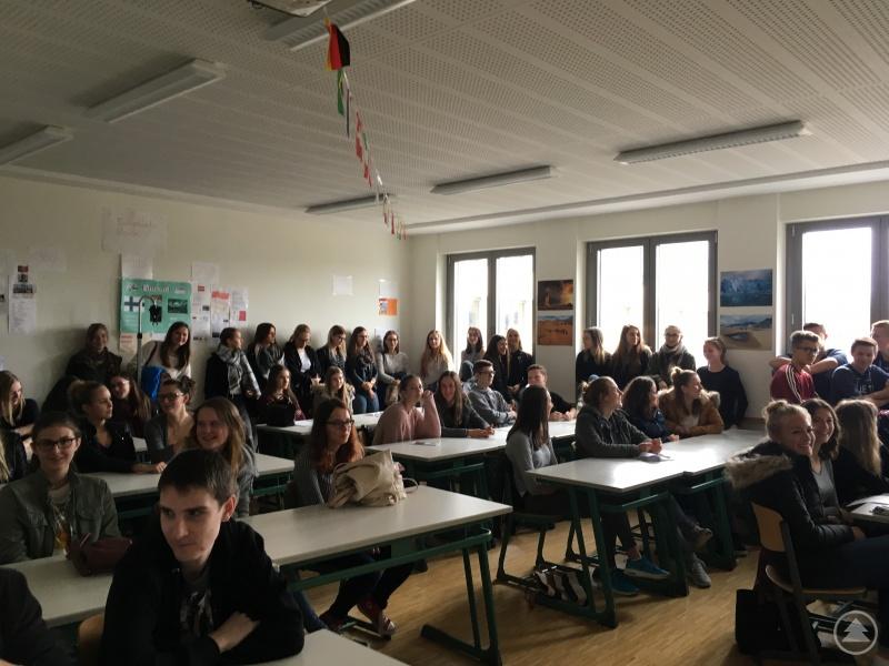 Aufgeteilt in Gruppen konnten sich Schülerinnen und Schüler über den beruflichen Werdegang von Akademikern aus verschiedensten Bereich informieren.
