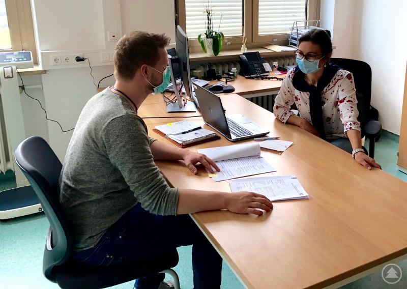 """Die Leiterin des Gesundheitsamtes Dr. Sonja Kandlbinder und ihr Team (im Bild Sachbearbeiter Stefan Mühlböck) arbeiten derzeit an der Belastungsgrenze. Trotzdem, so Dr. Kandlbinder, ist """"die Stimmung unter den Mitarbeitern gut und geprägt von einem Gefühl des Zusammenhaltes."""""""