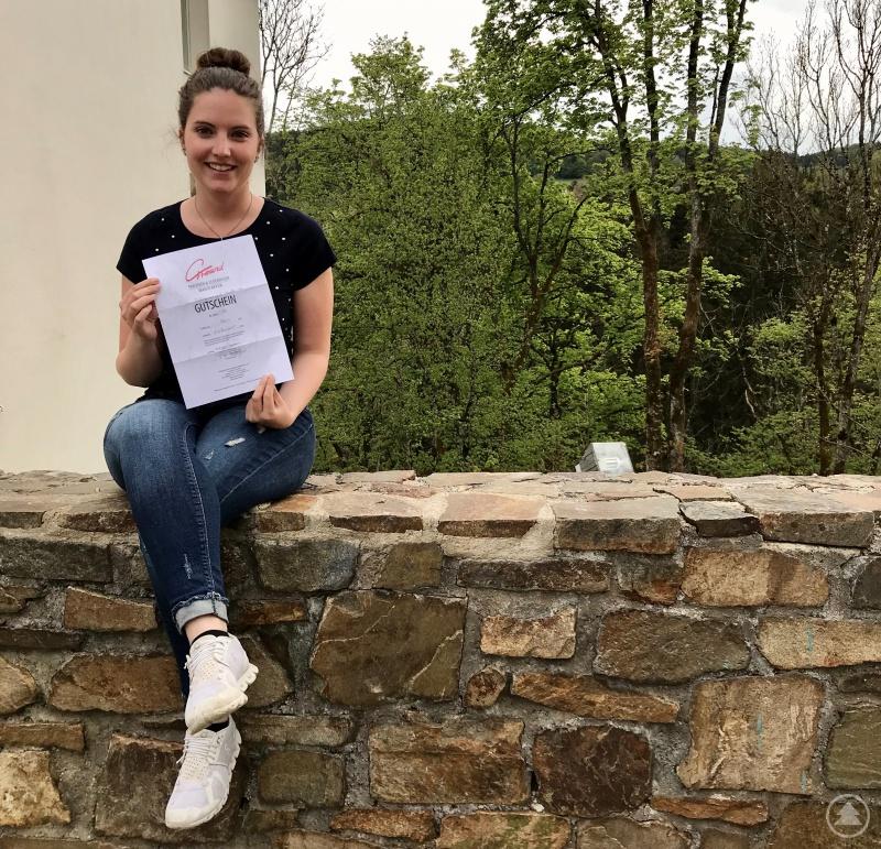 Freut sich auch über den Gutschein: Die Tochter der Gewinnerin, Yvonne Köck, wird wohl auch