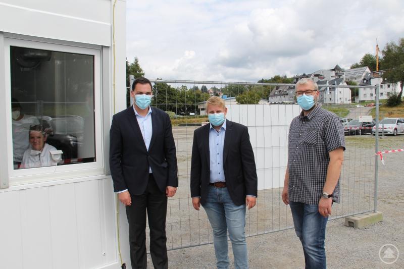 Martin Biebl (Mitte), Geschäftsführer von IMS, erläuterte Landrat Sebastian Gruber sowie dem verantwortlichen Sachbearbeiter im Landratsamt, Thomas Thurnreiter (rechts), die Abläufe und Einrichtungen im Testzentrum.