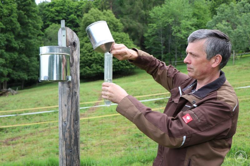 Ludwig Höcker misst in der Klimastation Waldhäuser die Niederschlagsmenge eines Tages. Daneben werden dort seit 1970 auch Temperaturen, Windgeschwindigkeiten oder Schneedichten erfasst.