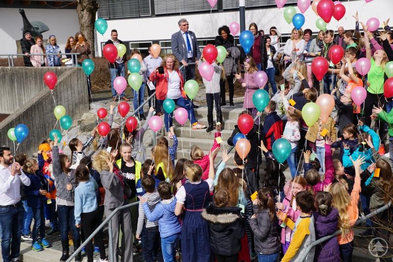 Die Luftballons bringen die Wünsche in den Himmel