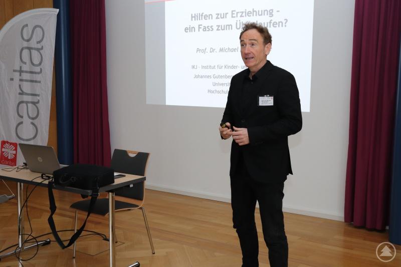 Der Erziehungswissenschaftler Prof. Dr. Michael Macsenaere weist nach: Jeder Euro für Hilfen in der Erziehung wirkt sich langfristig positiv für die Gesellschaft aus.