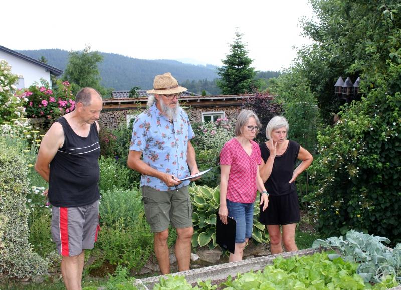 Auch die Gemüsebeete wurden angeschaut. Unser Bild zeigt (v.li.) Alois Wühr, Klaus Eder, Rosemarie Wagenstaller und Sabine Wühr vor einem Gemüsehochbeet.