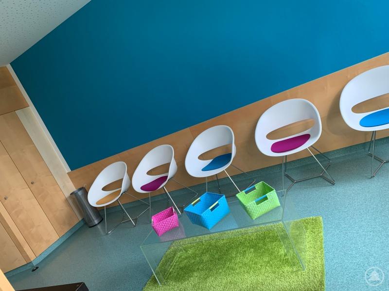 Farbenfroh – lichtdurchflutet - dazu noch geräumig: Der neue Wartebereich in der Onkologischen Tagesklinik im Waldkirchner Gesundheitszentrum.