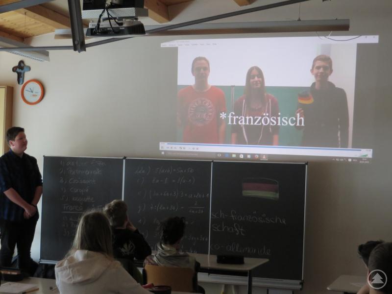 Die Klasse 7c lauscht gespannt den Erfahrungsberichten der Zehntklässler im Kurzvideo.