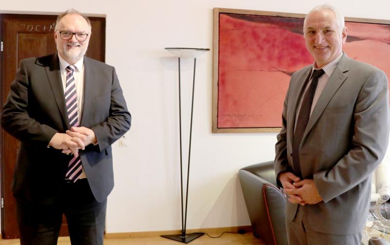 Oberbürgermeister Jürgen Dupper (links) begrüßt den neuen Präsidenten der Universität Passau Prof. Dr. Ulrich Bartosch in seinem Amtszimmer.