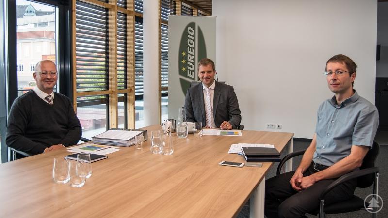 Dr. Olaf Heinrich (Mitte) ließ sich von Kaspar Sammer (li.) und Dr. Jan Gregor den Stand des Projektes und die Planungen für die Zukunft erörtern.